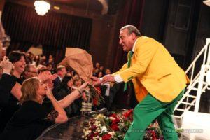 Зрители дарят цветы Хазанову. Спасатель